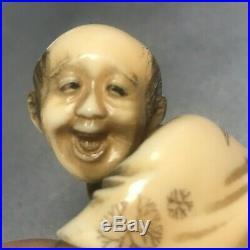 542- Netsuke / Okimono JAPON vieil homme agenouillé + rat SIGNÉ sur boite à riz