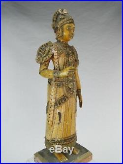 SUPERBE SCULPTURE RAJPUT INDE DU NORD FEMME EN BOIS LAQUE DORE Ca. 1920 STATUE